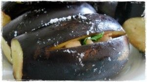 Le melanzane, uno degli ingredienti tipici delle cucina calabrese, in una variante tanto golosa quanto genuina ed economica: melangiani mbuttunati