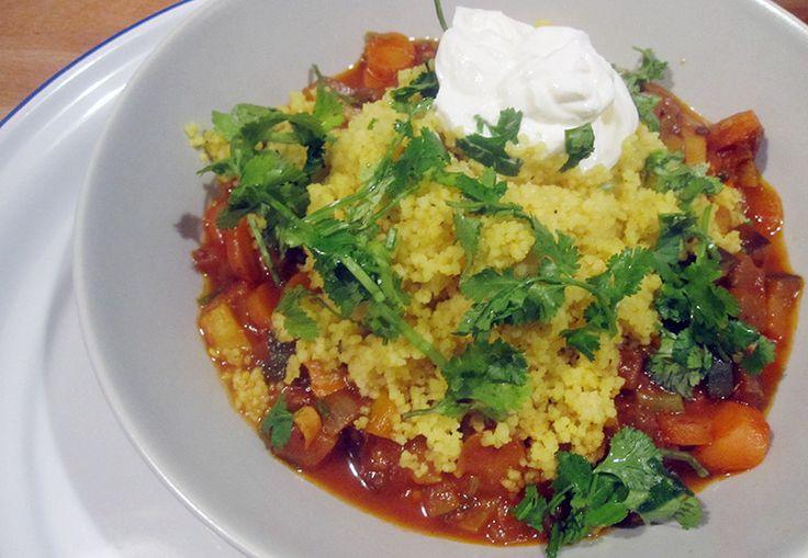 Een varia aan restjes groenten in een pittige tomatensaus met couscous en yoghurt... And dinner is served!  In de vorm van deze lekkere Marokkaans getinte, vegetarische stoofpot. Ideaal voor guur herfstweer.