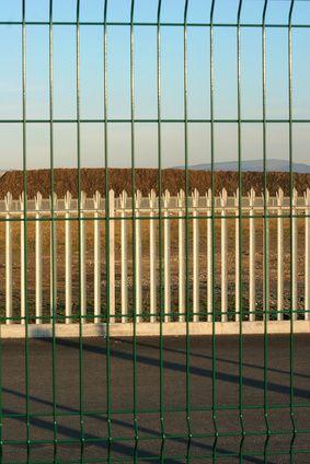 El costo de las cercas de madera versus las de vinilo | eHow en Español
