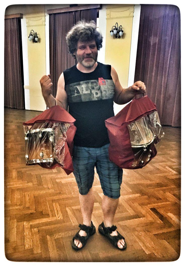 Pan Douša si koupil nový bicí... A ještě na ně nemá futrály a tak je nosi po městě v kabelkááách...😂