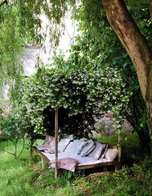 Sieste sous le chèvrefeuille - Image Via: Bohemian Homes