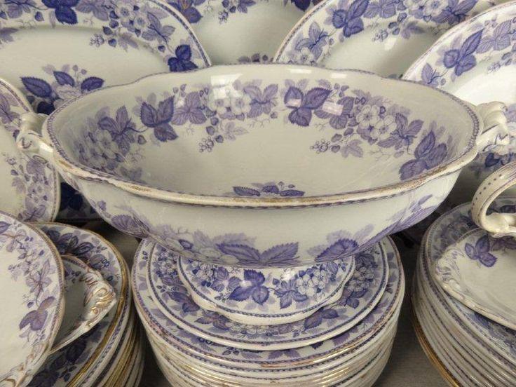 Een geweldig servies van Boch. Prachtige lila/paarse kleur en heel rijk decor.  Doet denken aan Wellington <3 Gedateerd ± 1894