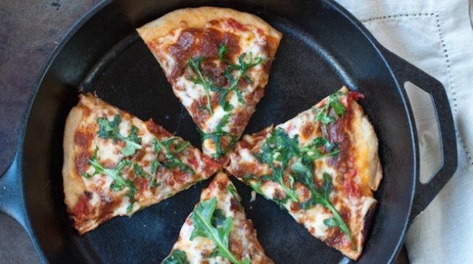 Quand on réchauffe une pizza, la pâte devientsouventcaoutchouteuse. Pas très appétissante et pas très agréable dans la bouche. Mais savez-vous qu'il existe un truc pour réchauffer la pizza et g