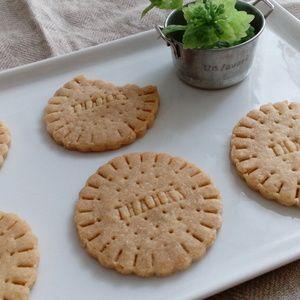 簡単サクサククッキー☆ビスケット風。+by+okinaoさん+ +レシピブログ+-+料理ブログのレシピ満載! バターの代わりに菜種油を使った簡単クッキー。材料はシンプルですが、サクサクに仕上がります!お好きなクッキー型を使って、お子様のおやつに、コーヒータイムのおともにいかがですか♪