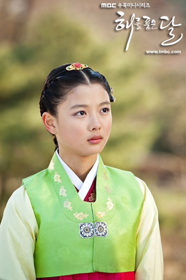 Kim Yoo Jung as young Yeon Woo (13 years old)