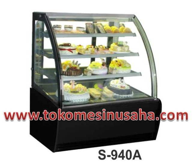 Curved Glass Cake Showcase adalah mesin showcase yang digunakan untuk mendisplay kue,selain kue mesin ini dapat digunakan untuk cokelat. Type : S-940A Dimensi : 120 x 81 x 140 cm Volume : 320 L Power : 850 W Berat : 285 Kg Rak : 3 buah Pendingin : R134A