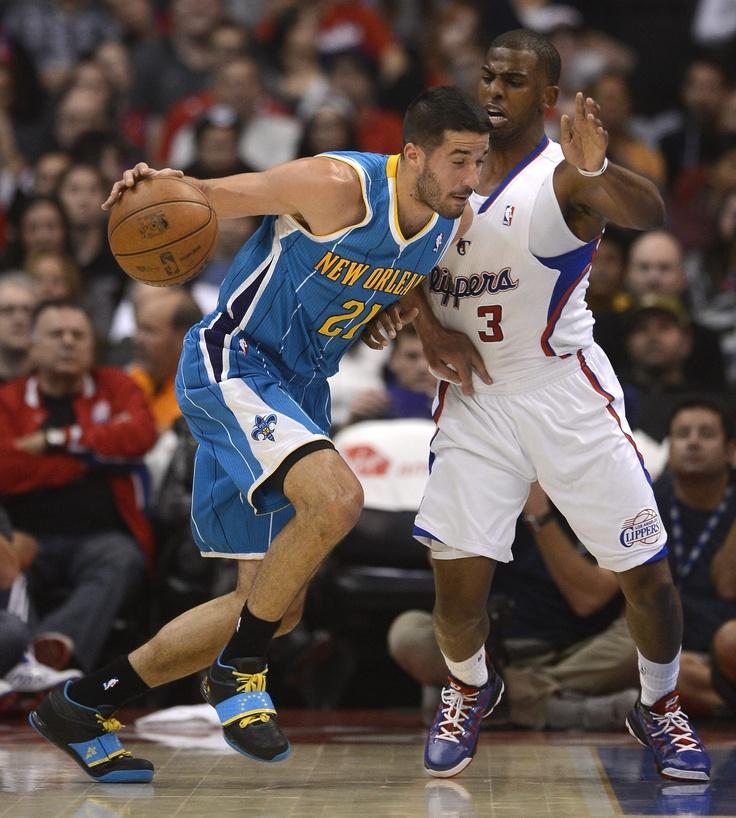 El jugador de los Clippers Chris Paul (d) disputa el balón con el venezolano Greivis Vásquez (i) de los Hornets.  Crédito: EFE