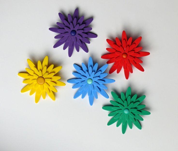 Brož kytička z pěnovky Brože jsou vyrobeny z pěnovky - pěnové gumy, mosgummi. Velikost brože je 8,7 cm. Na zadní straně brožový můstek. Cena za 1 ks.