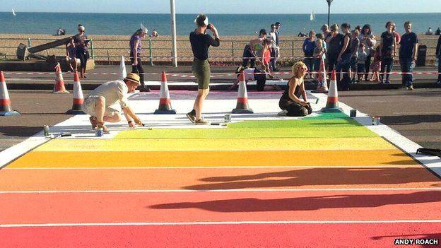 http://www.gay.it/news/2/Anche-a-Brighton-arrivano-le-strisce-pedonali-rainbow--FOTO