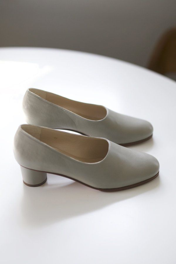 4e2dd25a0974 Modern style pump in grey lamb Nappa leather. Goat leather lining ...