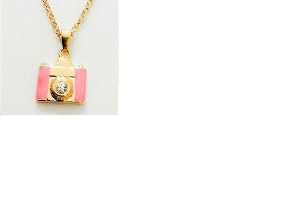 Corrente Folheada a ouro 48 cm - Pingente 1,50 cm folheado a ouro.    Resina Rosa. Luxo Puro R$ 37,00