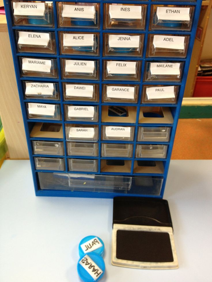 Plus pratique que les petites étiquettes à coller: les tampons prénoms!! bouchons de bouteille de lait, prénom écrit (à l'envers!) en peinture 3D, photo de l'enfant à l'intérieur du bouchon, le tout rangé dans les tiroirs avec l'encreur à dispo!