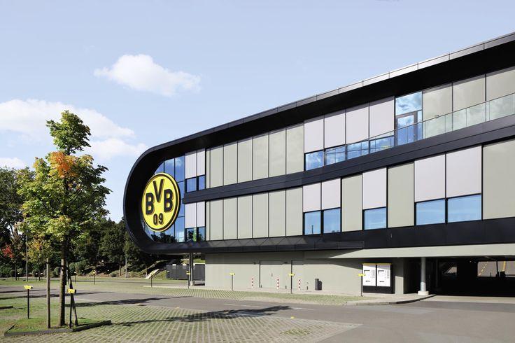 Am Gebäude der BVB FanWelt in Dortmund sorgen Fenster-Markisen für optimalen Sonnen- und Blendschutz. #Sonnenschutz #Markise #Architektur #Referenz