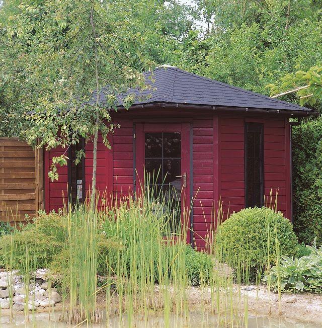 Een Japanse tuin met karper vijver? Zoja, dan past deze blokhut met Houtdecor verfbeits wijnrood en zwart heel mooi.