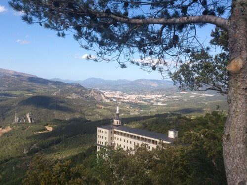 """Vista desde """"El Plà de la Mina""""  donde podemos observar El Santuario,  Alcoy y El Puente de las Siete Lunas."""