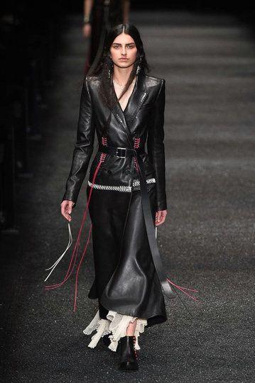 Alexander McQueen, Paris Fashion Week, Herbst/Winter-Mode ...