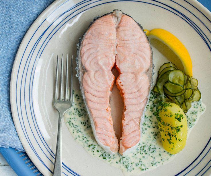 Bent Stiansens kokt laks med agurksalat og sandefjordsmør