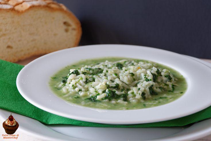 Questa minestra di riso e spinaci è un piatto ideale per chi è a dieta: contiene poche calorie e tante verdure! È facile da preparare e anche buonissima!