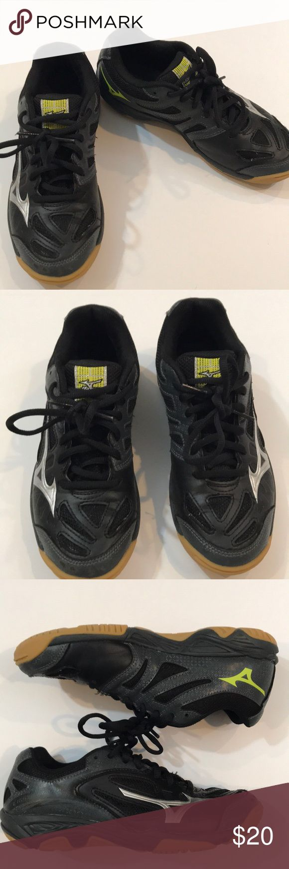 Mizuno Lightening Star Volleyball Shoes The Mizuno Lightning Star Z2 Youth Volleyball Shoes are the shoes you want to be wearing while battling your toughest opponents on the court. They're designed specifically for volleyball movements and will ultimately better your overall performance. Excellent condition. Size 4. Mizuno Shoes Sneakers