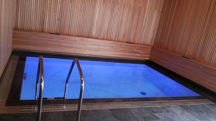 Бассейн в бане.Облицовка крупноформатной плиткой. Решетка из нержавеющей стали.