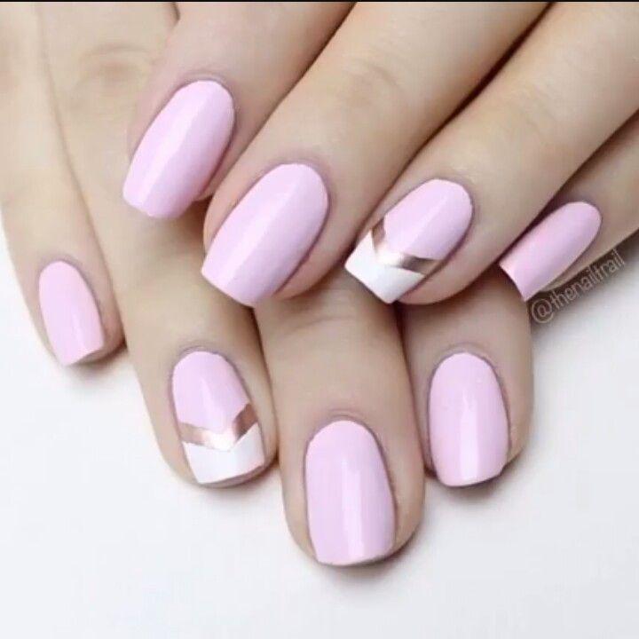 Diseño sencillo en tonos rosa y detalle dorado