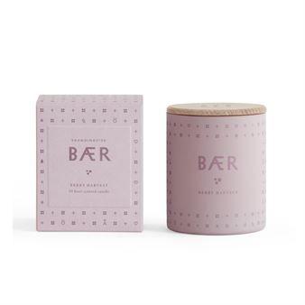 Det underbara Bær doftljus från Skandinavisk för sinnena till en solig dag i skogen där dofterna av hjortron, blåbär och lingon blandas med en söt underton av mörk vaniljglass. Denna doftsymfoni har sedan blandats med vegetabiliskt vax i en frostad glasbehållare i en dunkel rosa färg. Ljuset blir en perfekt present till dig själv eller till dina nära och kära.
