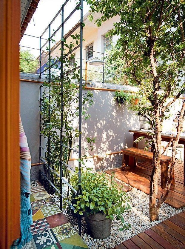 Pequeno jardim com estrutura metálica para apoiar as plantas.  Fotografia: www.decorfacil.com.