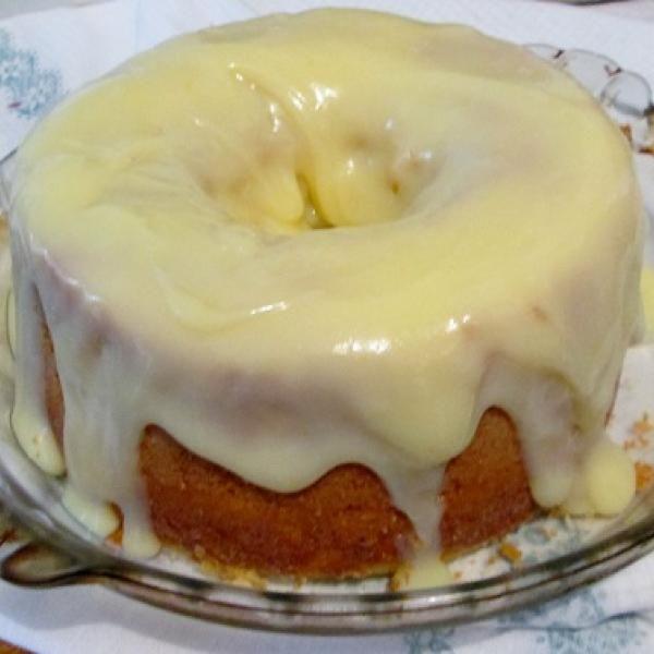 Receita de Bolo de Limão com Maisena - raspas de um limão, 1 colher (sopa) de fermento em pó, 1 colher (sopa) de amido de milho, 2 xícaras (chá) de farinha...