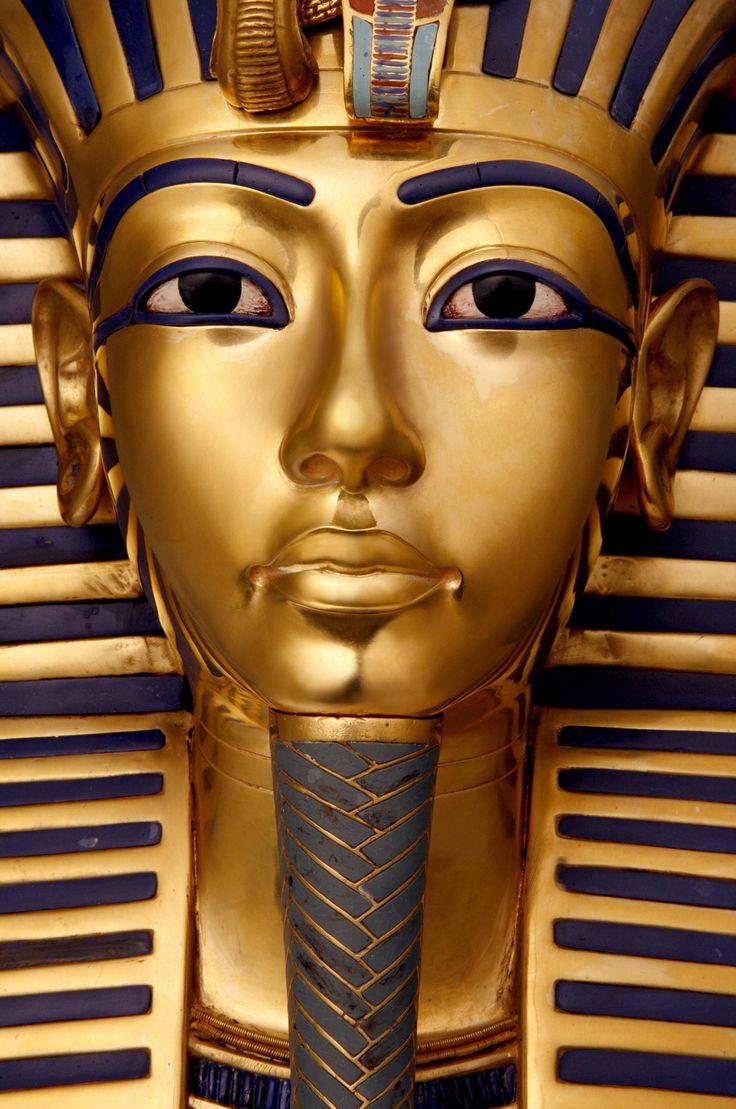 Maschera funeraria in oro di Tutankhamon (ansa)