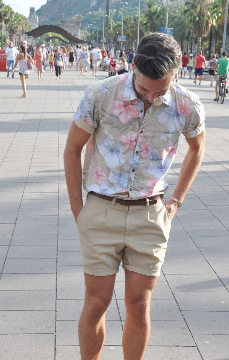 花柄シャツにショートパンツタックインで着こなし