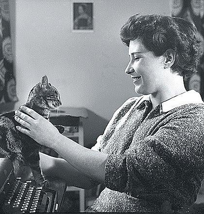 Doris Lessing was my held nog voor ek al hierdie fotos van haar en katte gekry het.