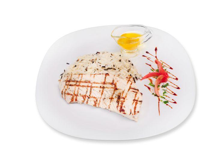 File de curcan cu orez salbatic si sos de unt. Detalii la http://www.casavanatoreasca.ro/meniu/