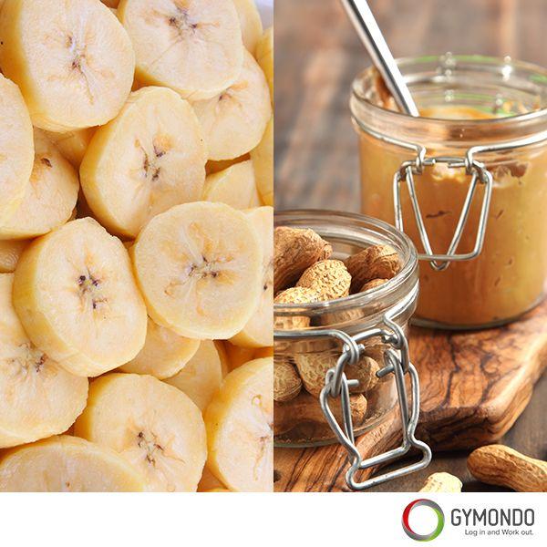 1. Banane mit 1 Teelöffel Erdnussbutter: Die natürliche Süße der Banane lässt Deinen Blutzuckerspiegel nicht so schnell steigen wie Industriezucker und das Protein aus der Erdnussbutter versorgt Dich lange mit Energie.