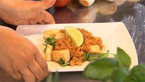 Sharon maakt een betaalbare vega-maaltijd! Namelijk: krokant gebakken tofu met zelfgemaakte pindasaus en rauwe paksoi. Probeer het zelf! - 4...