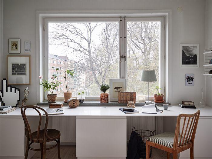 Een creatief gevulde boekenkast in een moderne woning - Roomed