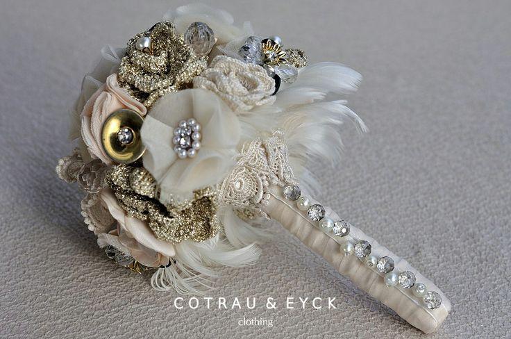 """Buchet de mireasa """"Gatsby"""", realizat din flori textile ,flori crosetate manual.Accesorizat cu brose ,perle,nasturi , cristale swarovski si pene.."""
