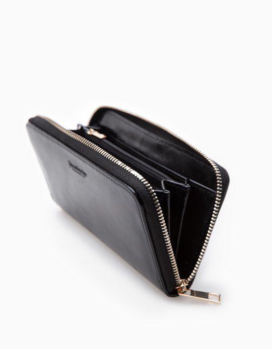 W Stradivarius znajdziesz 1 Jednokolorowy portfel zapinany na suwak dla pań za jedyne 45.9 PLN . Odwiedź nas i odkryj tę oraz inne oferty w dziale PORTMONETKI.