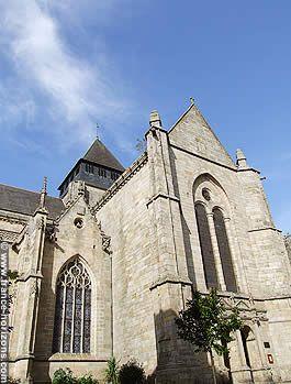 Côtes-d'Armor : Dinan : Vue en contre-plongée de l'église Saint-Malo (début en 1490, fin XIXe siècle)