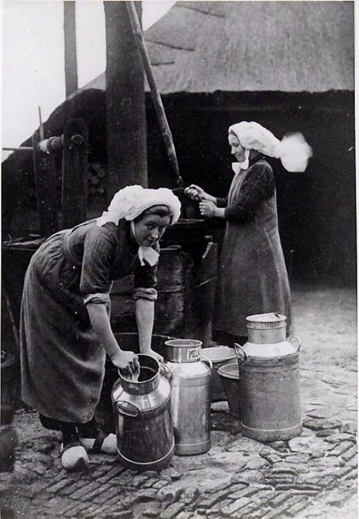 Best -  Het schoonmaken van melkbussen bij de put, 1930 Auteur: niet vermeld #brabant