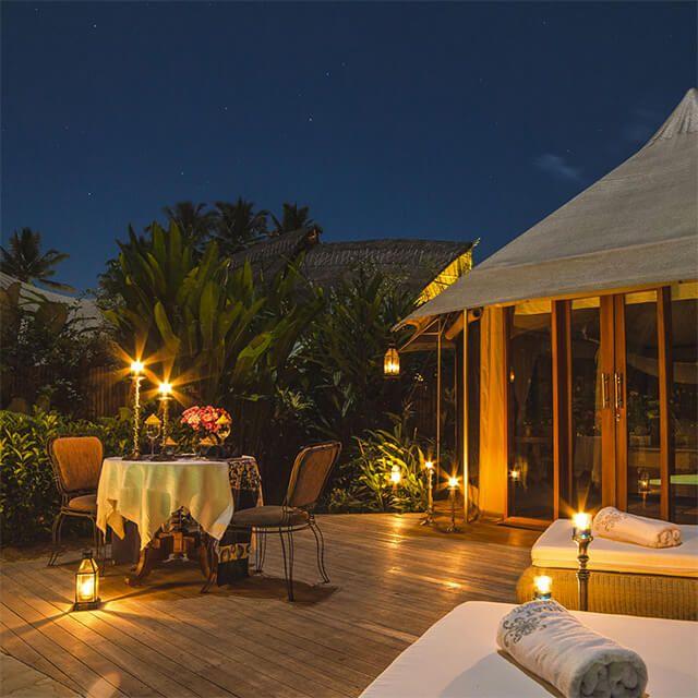 Solusi romantis untuk pasangan, candle light dinner di bawah sinar bintang bintang
