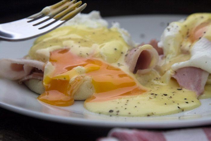 Η συνταγή της Madame Ginger για αυγά Benedict, πως ποσάρει τα αυγά, πως φτιάχνει σος Hollandaise και english muffins