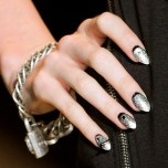 Johnson's S/S '12 shiny punk nail art / Vu chez Betsey Johnson: les ongles punk pailletés