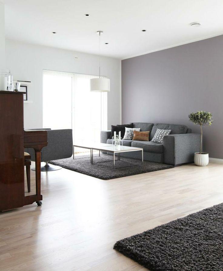 DELIKAT OG MASKULINT: Denne stuen er innredet med lyse tregulv, gråtoner og hvitt. Fargeskalaen og de rette linjene i møblene og rommet gir stuen et maskulint uttrykk.