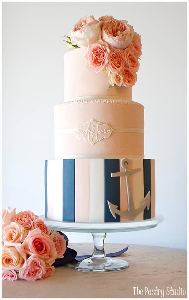 Jūrinio stiliaus vestuvinis tortas.