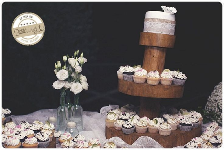 A wooden stand, a small cake and some cupcakes: cute! Ph Stefano Santucci http://www.brideinitaly.com/2013/10/stefanosantucci-rustic.html #sweets #italianstyle #rustic #wedding