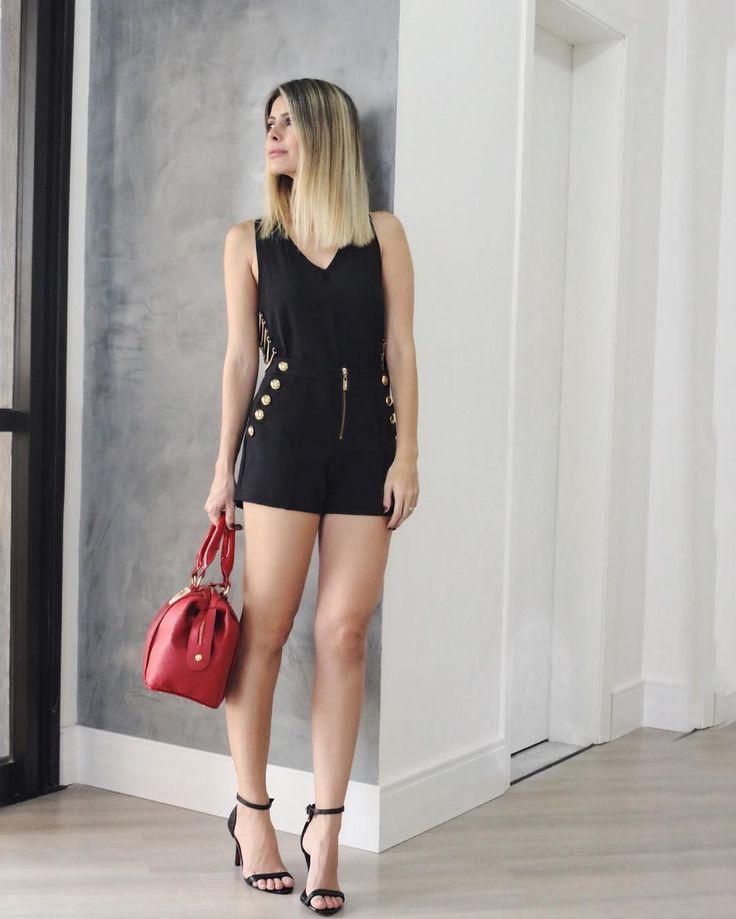 Look monocromático de hoje é total @carmensteffens! Muito minha cara dei um toque de cor com a bolsa vermelha. Detalhe para a sandália de tiras bem finas super em alta e truque de estilo para alongar as pernocas haha!