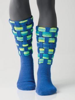 Socken mit gewebtem Schaft by Charles D. Gandy, R0238 - Gratisanleitung: Nichts für unscheinbare Mauerblümchen sind diese Socken aus Regia 4-fädig in Electric Blue und Regia 4-fädig Color in Neon Ocean Color. Die kräftigen Farbakzente kommen dank der gewebten Struktur des Schafts besonders gut zur Geltung. Ein lohnendes Sockenprojekt für alle, denen Null-Acht-Fünfzehn zu langweilig ist!