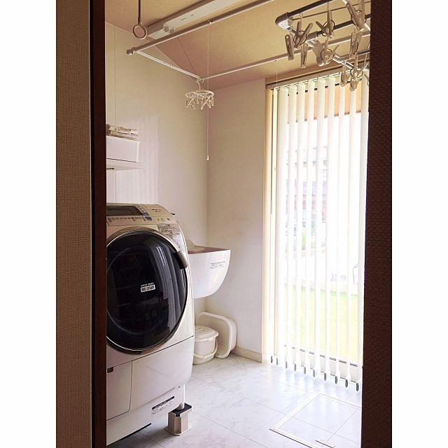 女性で、4LDKのシンプルな暮らし/ユーティリティ/洗濯室/SKシンク/スロップシンク/バス/トイレ…などについてのインテリア実例を紹介。「ユーティリティ(洗濯室)  手前に洗濯機、奥にSKシンク(スロップシンク)、ダブルポールの物干し、ホスクリーン1セット(ポールはつけてないです)  お風呂・洗面脱衣室からは離れていますが、キッチン横にしたことでいろいろと便利です  我が家はベランダ・バルコニーがないです。入居前は、お庭に干すスペースを作ろうと思っていたけど、周りに建築中のお宅が複数あって、砂埃がすごいのでずっと部屋干しです。  でもこのスペースのおかげで特に困らず過ごせています♡」(この写真は 2017-06-14 10:51:15 に共有されました)