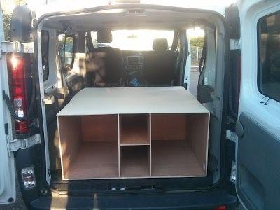 Meuble principal de l'aménagement de mon van Renault Trafic. Vu depuis les portes arrières des 3 compartiments qui vont accueillir les 3 tiroirs à sortie totale.
