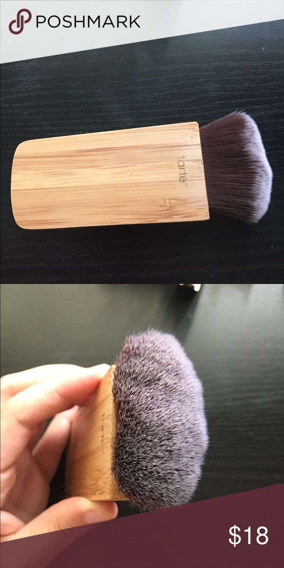Tarte Contour and Bronzer Brush In great condition! Cleaned with brush cleaner. Great for bronzing and contouring the face. tarte Makeup Brushes & Tools